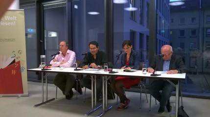 Moderator: Ruthard Stäblein, Juan Gabriel Vásquez, Übersetzerin: Corinna Sante Cruz und Jochen Nix, der den deutschen Part las (v.l.n.r)