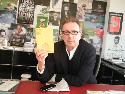 KiWi Verleger Helge Malchow mit einer Wolinski-Ausgabe.