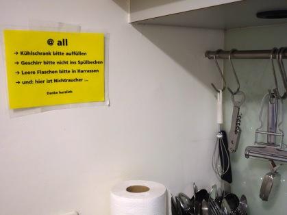 In der Kaffeeküche im 1. Stock wird auf Teamarbeit gesetzt. Und auch die »Harassen« begegnen uns hier wieder.