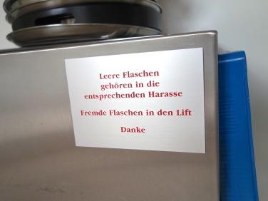 Dieses gravierte Fundstück befindet sich in der Küche im zweiten Stock. »Harass« ist übrigens kein Hundename sondern ein Helvetismus für Getränkekiste.