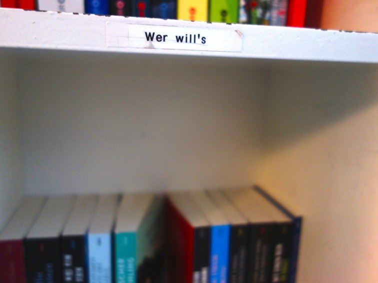 Das »Wer will's« im Treppenhaus. Hier landet alles Mögliche. Hauptsächlich aber Bücher aus übervollen heimischen Regalen.