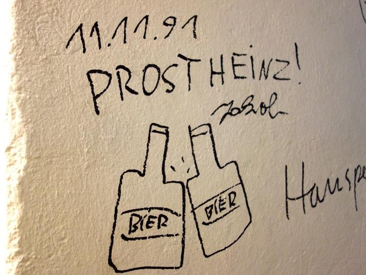 Zweimal verewigte sich der schwer vermisste Jakob Arjouni und Autor von Mehr Bier! in den Diogenes-Lagerräumen. Einmal 1991,