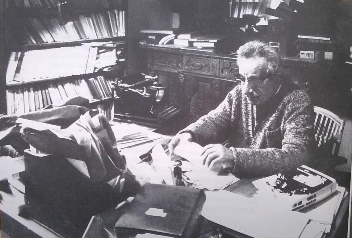 Joan Sales am Arbeitstisch