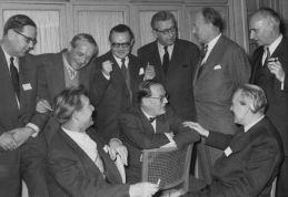 verleger-der-gruppe-der-neunzehn-in-den-50er-bei-einem-treffen-in-berlin-unmittelbar-hinter-witsch-scherzen-peter-suhrkamp-und-heimrich-maria-ledig-rowohlt_archiv-kiepenheuer-witsch