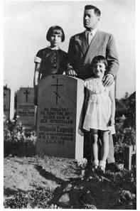 Jewgenias Grab - dahinter die Töchter mit ihrem Vater (c) Privatarchiv Natascha Wodin